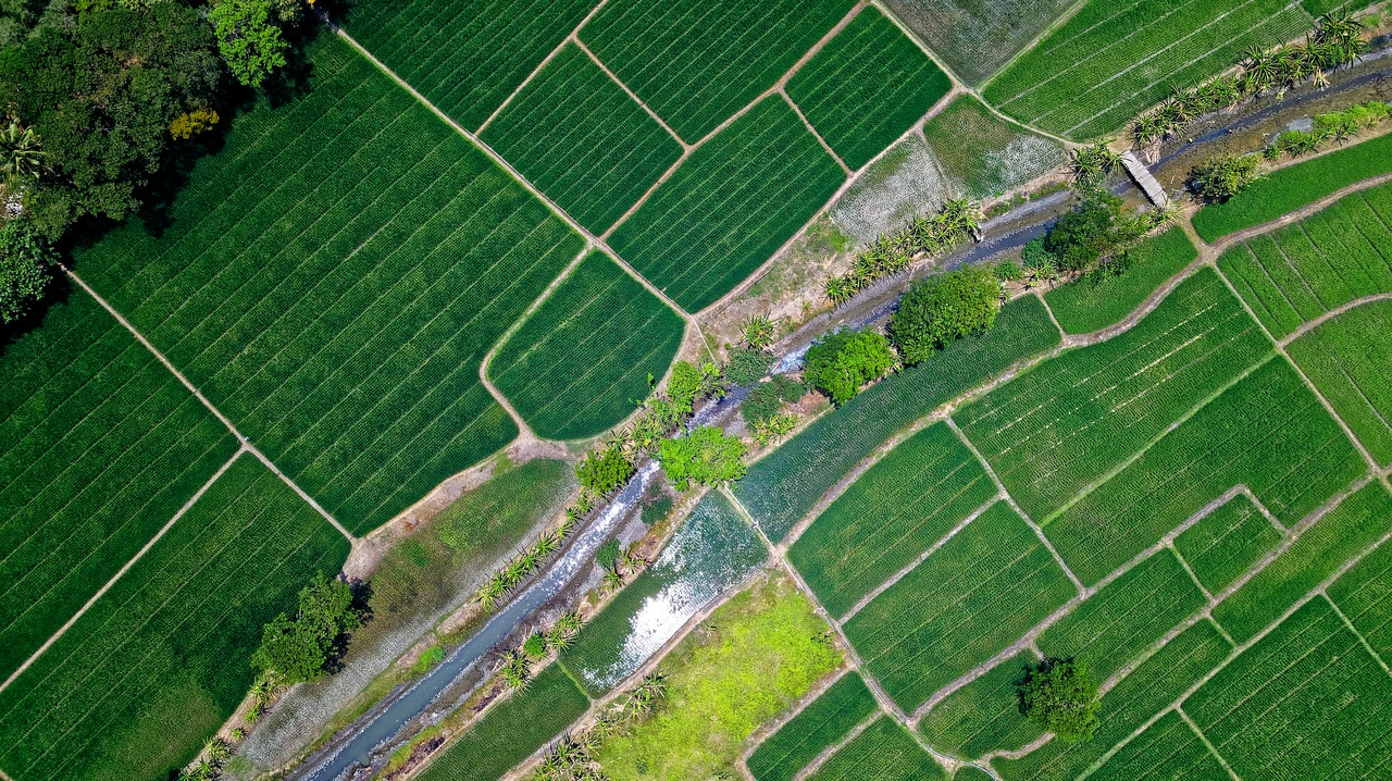 https://www.stkdrone.com/wp-content/uploads/2020/05/bird-s-eye-view-of-river-in-middle-of-green-fields-1483880-1.jpg